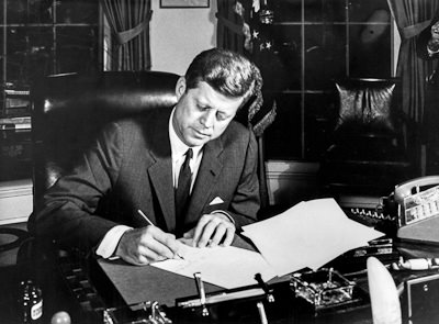JFK signs proclamation for Cuba blockade in the Oval Office. 23 October 1962.